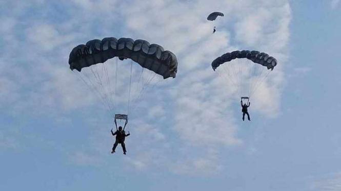 VIVA Militer: Aksi penerjunan prajurit Korps Paskhas TNI Angkatan Udara
