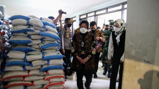 Mensos Risma saat monitoring pelaksanaan bantuan beras.