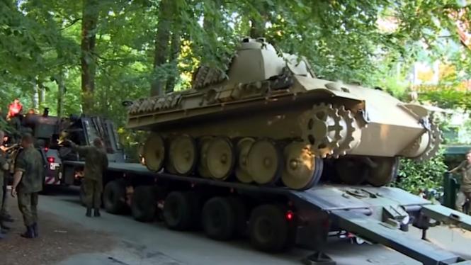 Petugas menyita tank dari garasi rumah seorang pria di Jerman.
