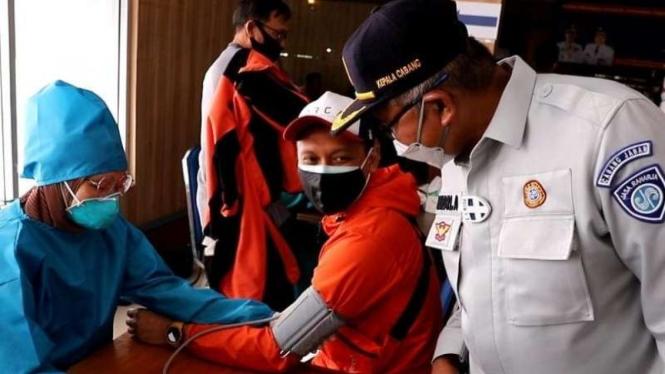 Sejumlah pekerja transportasi disuntik vaksin COVID-19 secara massal yang difasilitasi oleh PT Jasa Raharja di Graha Perhubungan, Cinunuk, Kabupaten Bandung, Jawa Barat, Senin, 16 Agustus 2021.