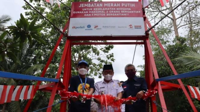 Bakrie Amanah dan LAZNAS DT Peduli meresmikan Jembatan Merah Putih.