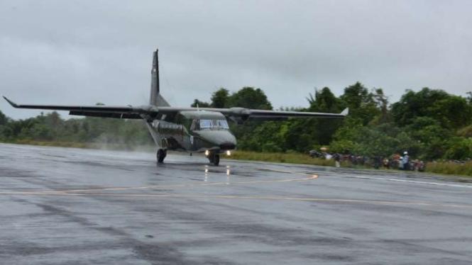 VIVA Militer: Pesawat TNI AU berhasil mendarat perdana di perbatasan Kalbar