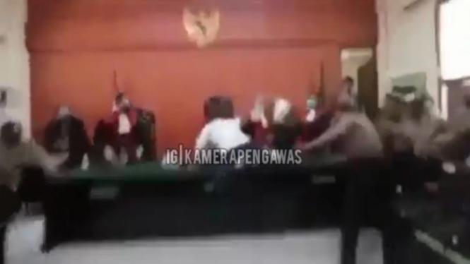 Pria Serang Hakim dengan Menaiki Meja Majelis Hakim (Instagram/kamerapengawas)