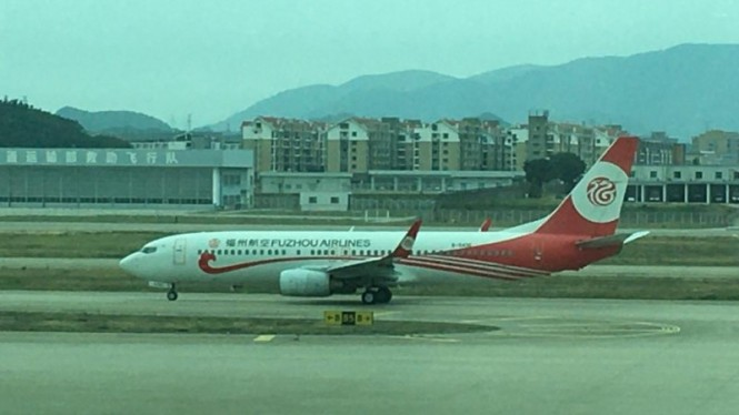Pesawat Fuzhou Airlines mendarat di Bandar Udara Internasional Changle, China.
