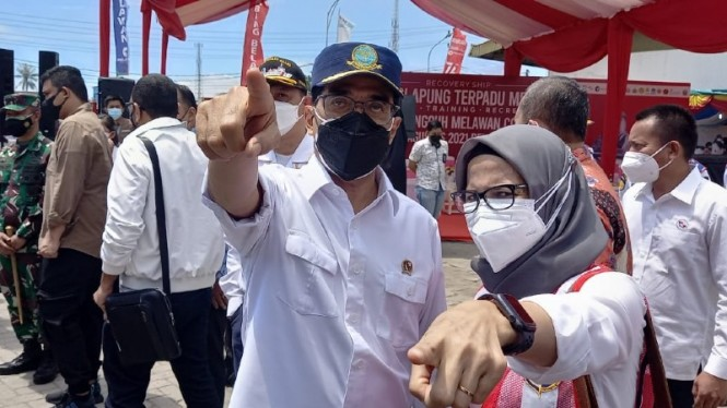 Menteri Perhubungan, Budi Karya Sumadi, meninjau Isolasi Apung Terpadu KM Bukit