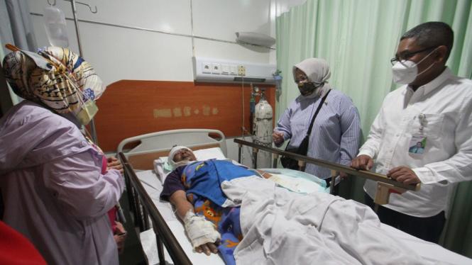Direktur Pelayanan BPJAMSOSTEK Roswita Nilakurnia saat menjenguk para korban di Rumah Sakit (RS) Bunda Margonda, pada Minggu pagi (22/08).