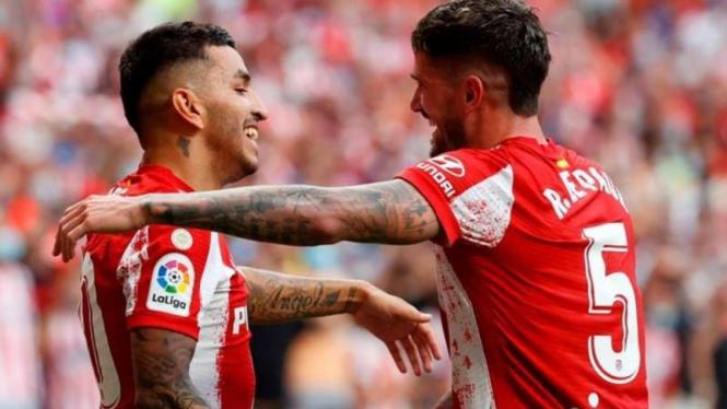 Angel Correa dan Rodrigo De Paul rayakan gol Atletico Madrid.