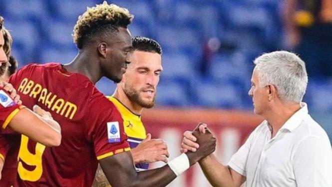 Pelatih AS Roma, Jose Mourinho (kanan).