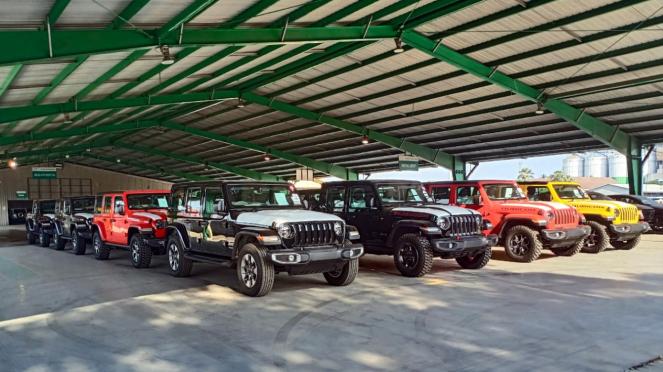 Puluhan unit mobil Jeep tiba di Indonesia.