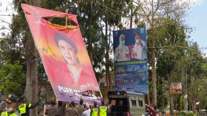 Pembongkaran Baliho Ketua DPR RI Puan Maharani di Jalan Sultan Agung, Kota Batu