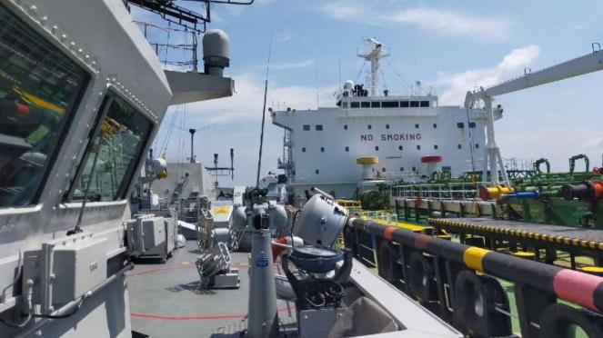 VIVA Militer: Kapal perang TNI AL kawal kapal tanker buronan Pemerintah Kamboja