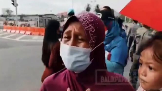 Viral Seorang Ibu Menangis Ingin Lihat Wajah Jokowi (Instagram/balikpapancrime)