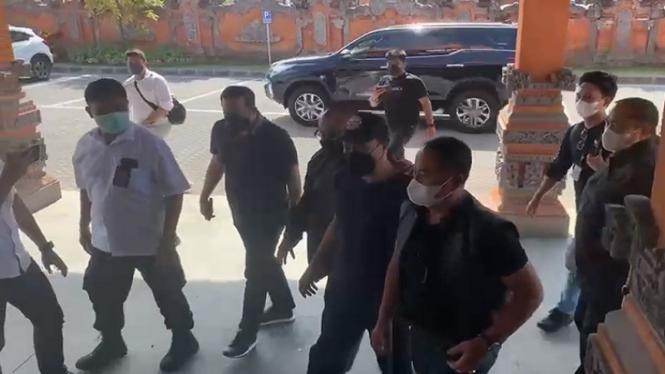 Polisi menangkap Muhammad Kece (pakai topi) di Bali