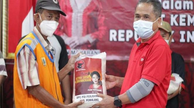 DPC PDIP membagikan sembako beras bergambar foto Puan Maharani