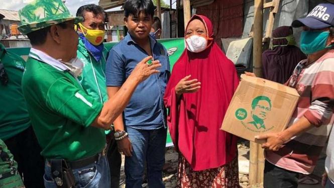 DPC PKB Gowa membagikan sembako berlogo Muhaimin Iskandar