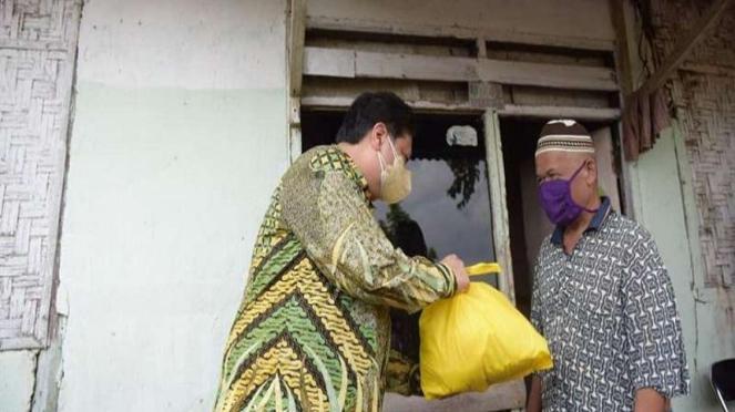 Ketua Umum Partai Golkar Airlangga Hartarto membagikan sembako