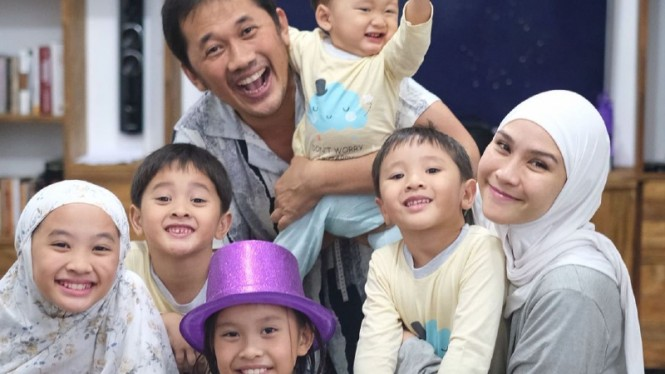 Keluarga Hanung Bramantyo dan Zaskia Adya Mecca.