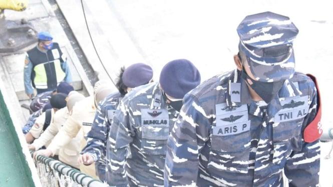 VIVA Militer: Prajurit Kolinlamil TNI Angkatan Laut serbu Kapal Niaga Doro Londa