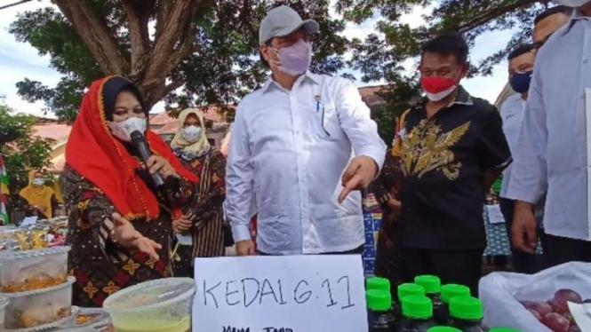 Menteri Koordinator Perekonomian Airlangga Hartarto melihat produk UMKM warga di Kampung Tangguh COVID-19 Kelurahan Talise Valangguni, Kota Palu, Sulawesi Tengah, pada salah satu agenda kunjungan kerjanya, di Palu, Jumat, 27 Agustus 2021.