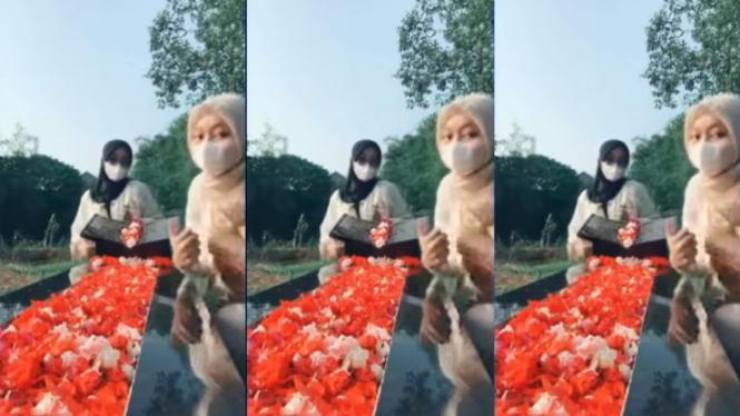 Viral Dua Cewek Joget TikTok di Pemakaman Orang Tua (Instagram/indoviral8)