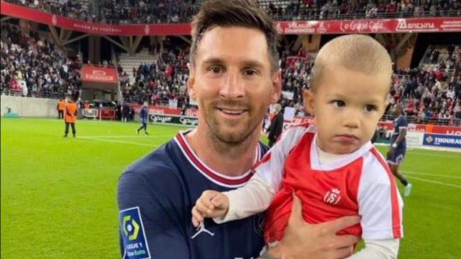 Lionel Messi berfoto bareng bersama putra kiper Reims, Predrag Rajkovic.