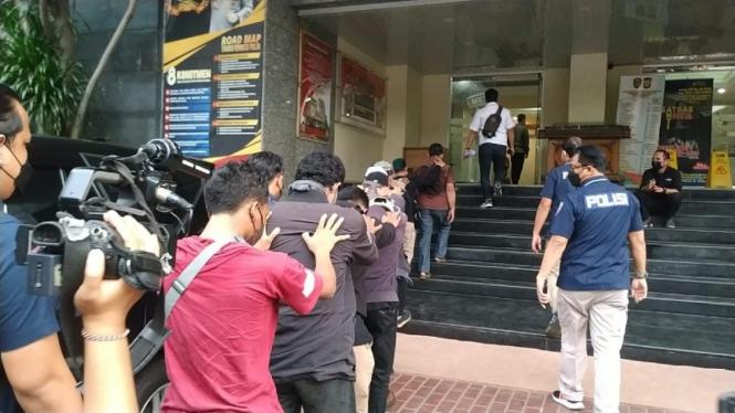 Pendukung Habib Rizieq dicokok aparat kepolisian.