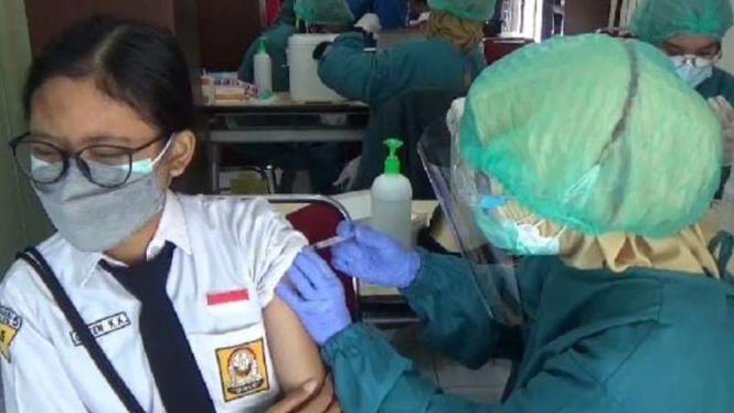 Seorang pelajar SMP disuntik vaksin COVID-19 dalam kegiatan vaksinasi massal di kampus Poltekes Kemenkes Kota Malang, Jawa Timur, Selasa, 31 Agustus 2021.