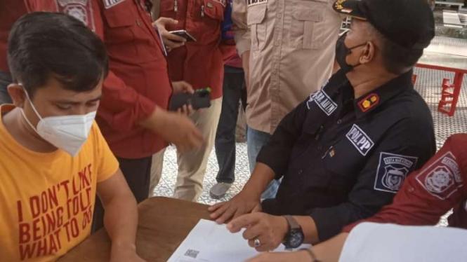 Petugas Satpol PP menyaksikan penandatanganan dokumen penutupan dan penyegelan The Culture Club di kota Makassar, Selasa, 31 Agustus 2021, setelah tempat hiburan itu memfasilitasi pesta ulang tahun selebgram yang memicu kerumunan.