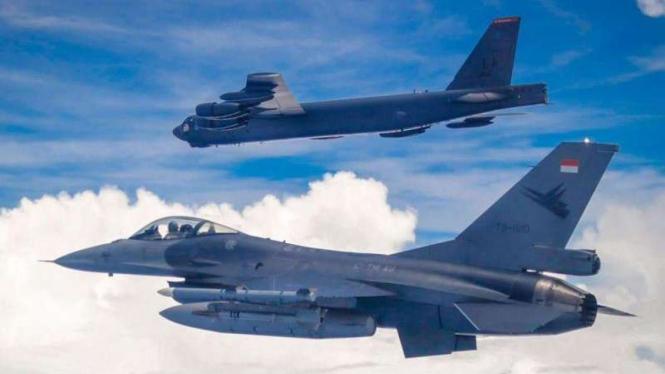 VIVA Militer: Jet tempur F-16 TNI AU, mengawal pesawat pembom Amerika Serikat