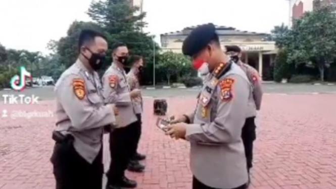 Polisi Periksa Dompat Anggotanya Berhadiah Uang (ditpamobvit_polda_banten)