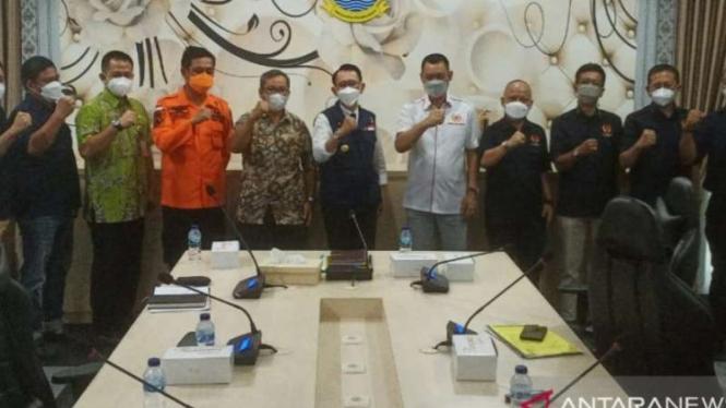 Ketua KONI Kabupaten Bekasi Reza Luthfi Hasan bersama atlet Bekasi di PON Papua