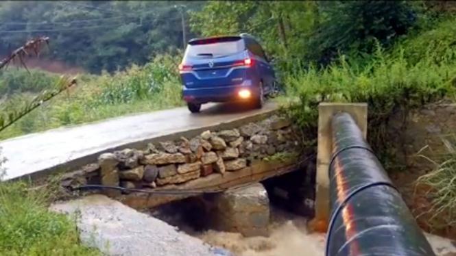 Mobil putar balik di jembatan.