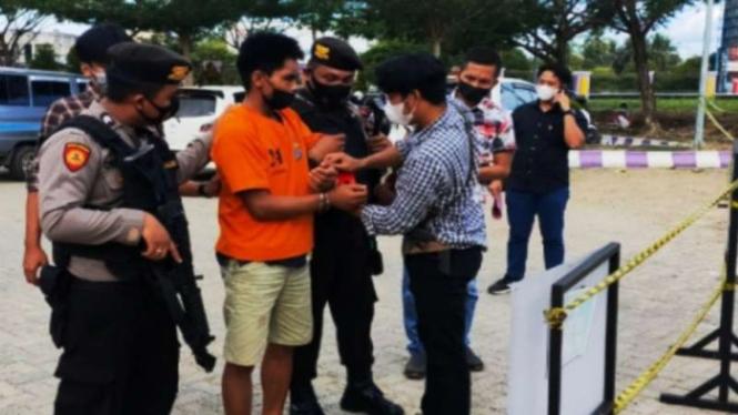 Seorang pria tersangka penganiaya polisi di Kabupaten Balangan, Kalimantan Selatan, berinisial NY (25 tahun), saat akan diperiksa kondisi kejiwaannya di RS Hasan Basri Kandangan beberapa waktu lalu.