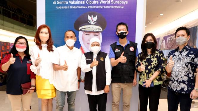 Gubernur Jatim, Khofifah Indar Parawansa pantau sentra vaksinasi di Ciputra World Surabaya.