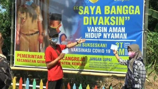 Spanduk Bangga divaksin di kota Kendal, Jawa Tengah.