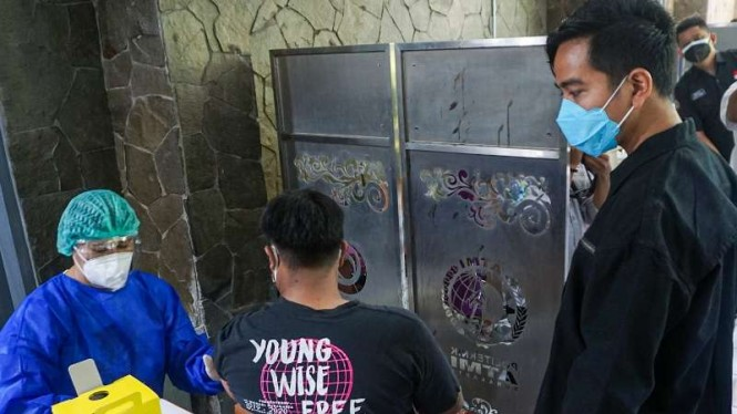 Wali Kota Solo Gibran Rakabuming Raka meninjau kegiatan vaskinasi COVID-19 secara massal di kampus Politeknik ATMI Solo, Jawa Tengah, Sabtu, 4 September 2021.