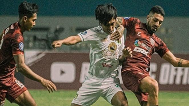 Pertandingan Liga 1 2021/22 antara Borneo FC vs Persebaya.