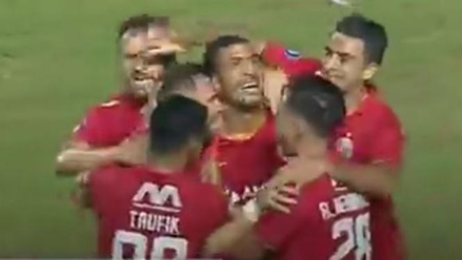 Selebrasi para pemain Persija Jakarta usai bobol gawang PSS Sleman