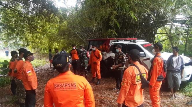 Basarnas melakukan pencarian dua pria yang menghilang