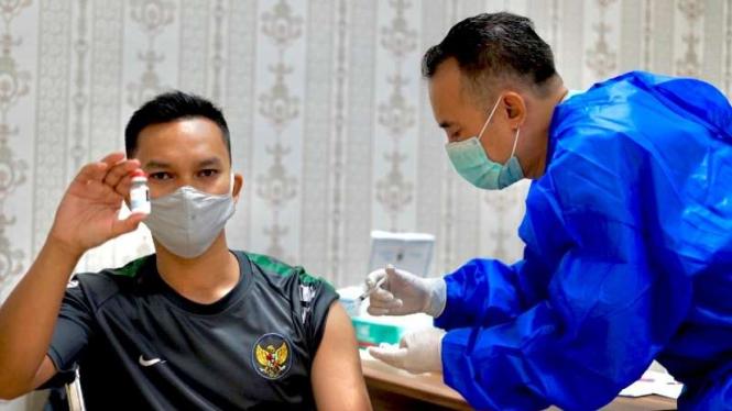 Seorang warga disuntik vaksin COVID-19 buatan Moderna di Rumah Sakit Hasan Sadikin (RSHS) Bandung, Jawa Barat (Foto ilustrasi).