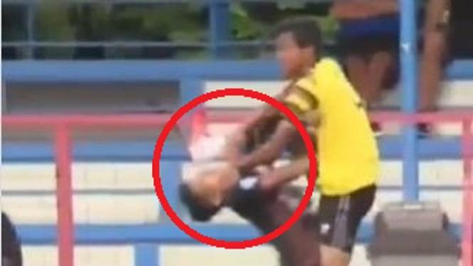 Tendangan brutal pemain AHHA PS Pati FC, Syaiful Indra Cahya