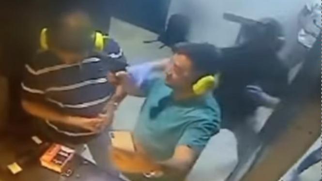 Viral Pria Foto Selfie Pakai Pistol, Begini Akibatnya! (Instagram/indoviral8)
