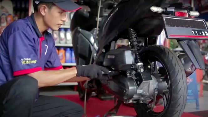 Mekanik bengkel motor.