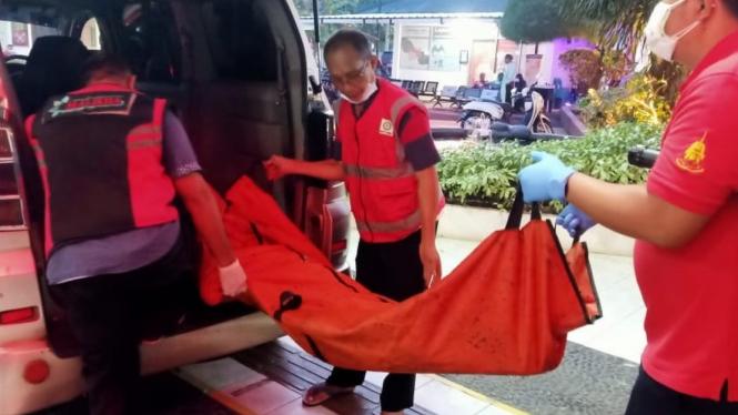 Petugas membawa jenazah korban kebakaran Lapas Tangerang
