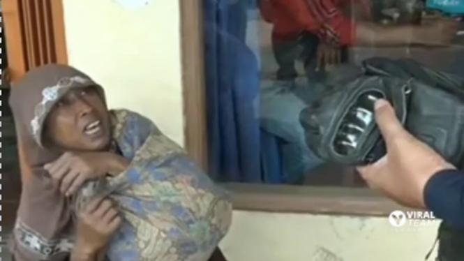 Kang Dedi Bongkar Pengemis Pura-pura Cacat dan Punya 2 Motor (Instagram/viralkak