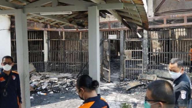 Petugas mengecek dan meninjau langsung Lapas Kelas I Tangerang, Banten, yang terbakar pada Rabu dini hari, 8 September 2021.
