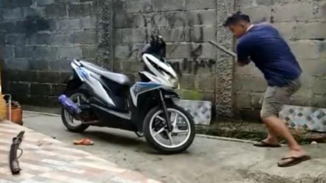 Viral Pria Hancurkan Motornya dengan Besi dan Samurai (Instagram/viralsekali)
