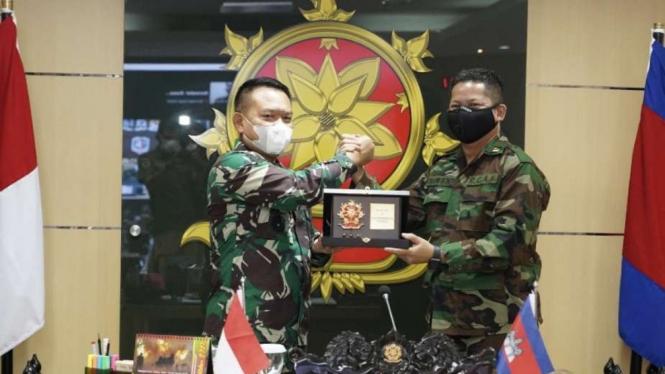 VIVA Militer: Pangkostrad Virtual Courtesy Call dengan Ko Angkatan Darat Kamboja