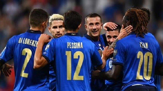 Timnas Italia merayakan gol