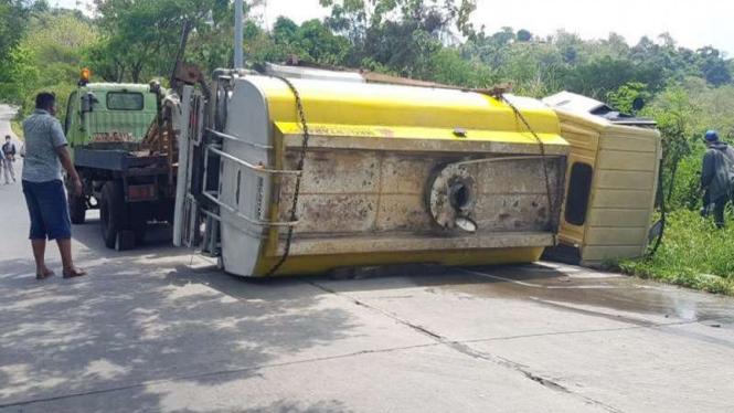 Truk tangki pengisi air terlibat kecelakaan di tanjakan Sigarbencah Semarang